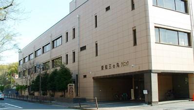 当クリニックは名古屋城郭の三の丸にあり、愛知県庁、名古屋市役所の東隣で、名古屋の繁華街 栄の近くとは思えないような、静かで心安らぐ地にあります。 診療は内科(消化器、血液、循環器、内分泌代謝、呼吸器、一般内科)、外科、皮膚科、眼科、歯科・歯科口腔外科の専門医が診療に当たっております。 また、健診部門も併設しており、満足いただける健診・人間ドックを提供しております。 安心できる人生設計のため、健康の確認や、病気の早期発見のため、継続的に利用していただきたいと思います。